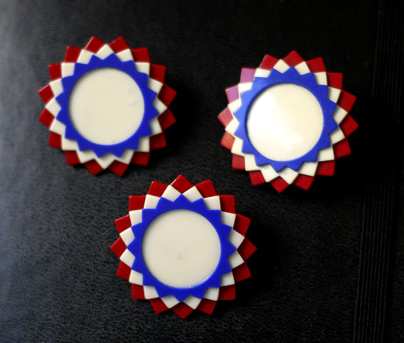 1945 Victory patriotic plastic brooches
